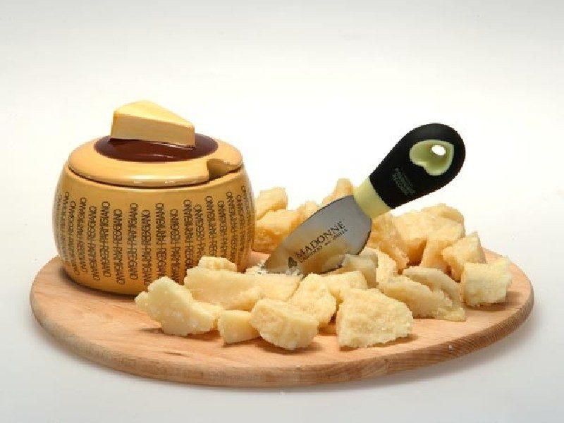 Coltellino a mandorla per taglio del Parmigiano